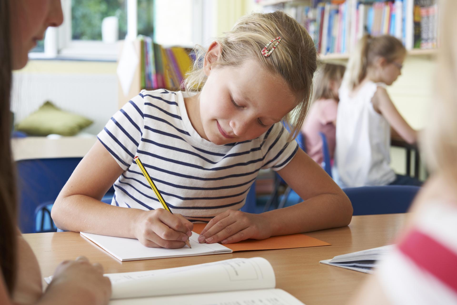 Девочка пишет