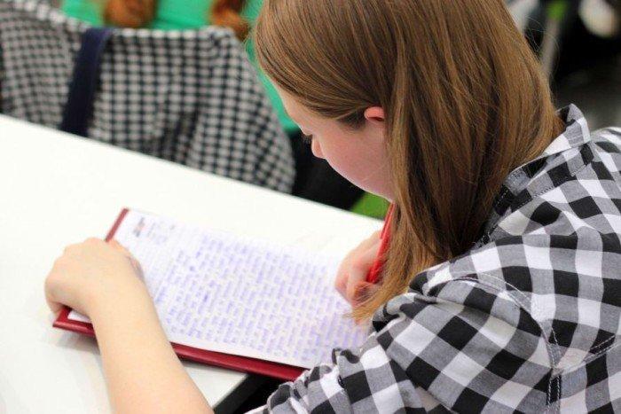 Девушка пишет эссе