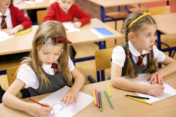 Младшие школьники рисуют