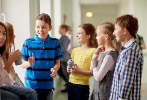 Школьники общаются на перемене