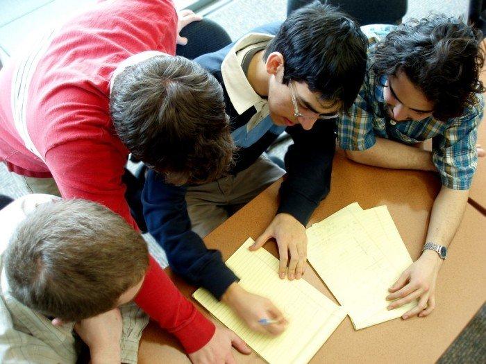 Школьникизаписывают предложения