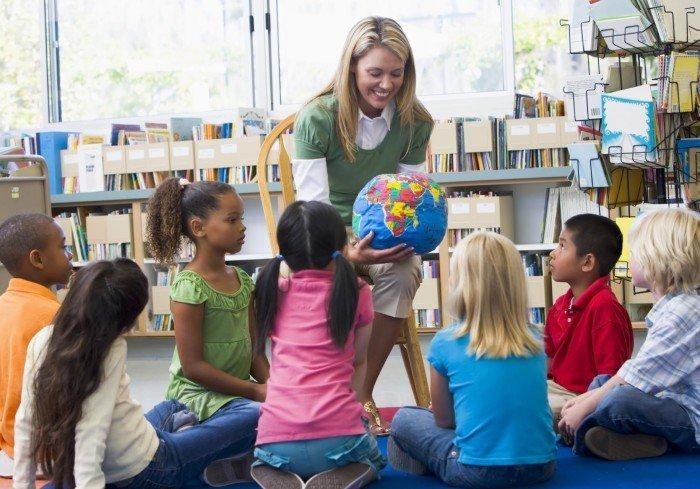 Учитель и дети младшего школьного возраста