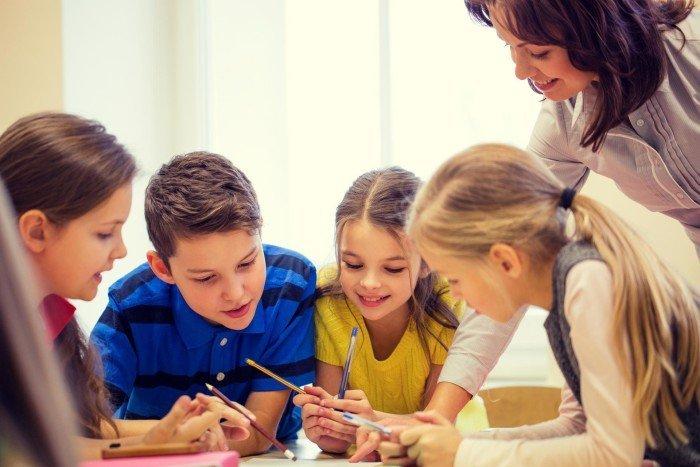 Учитель и группа школьников