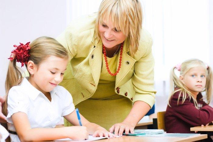Учитель помогает ученику