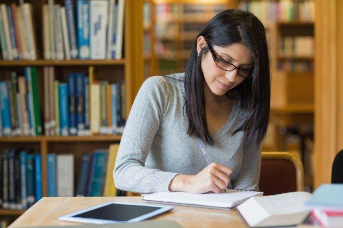 Учитель в библиотеке