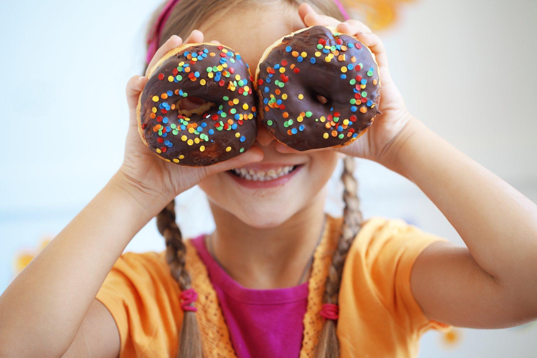 Картинки по запросу фото діти ідять солодощі