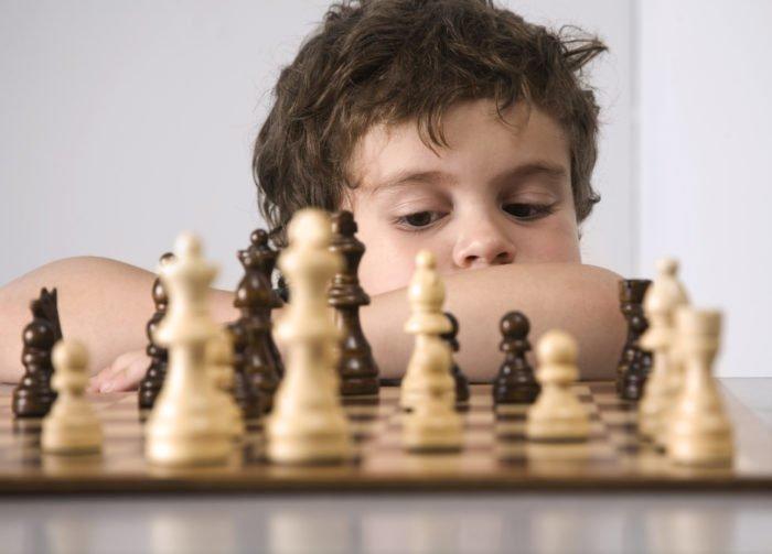 Ребёнок играет в шахматы