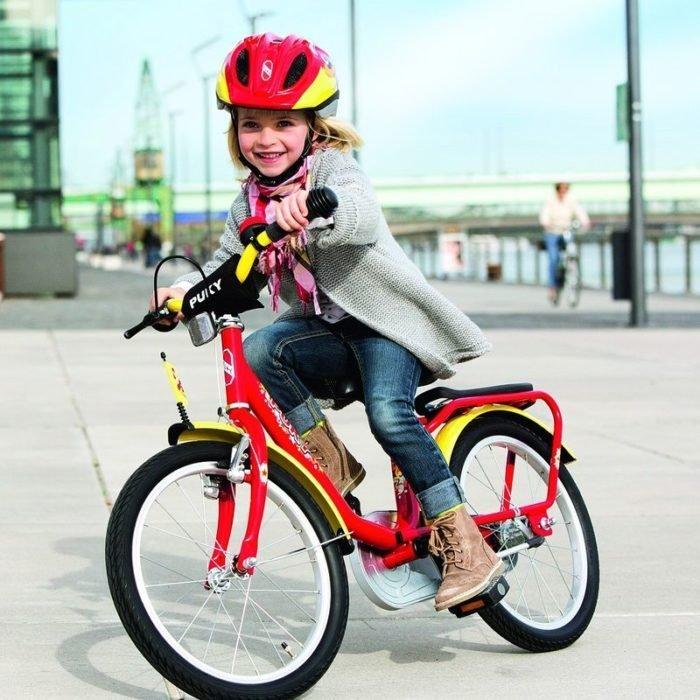 Девочка катается на велосипеде