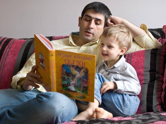Папа читает книгу сказок для сына