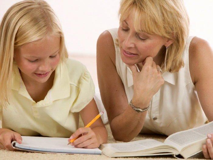 Женщина и девочка делают уроки
