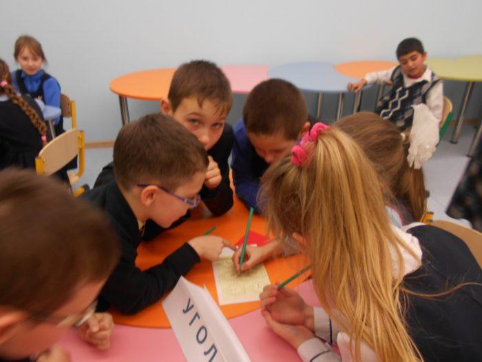 Дети советуютсяв группе за партой