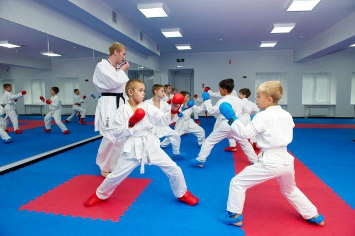 Дети занимаются карате под присмотром тренера