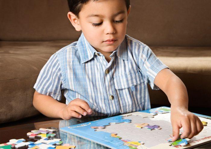 Мальчик складывает картинку