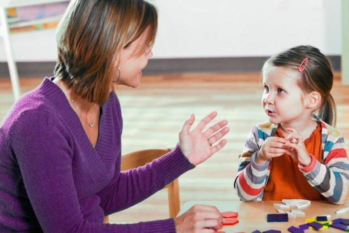 Педагог работает с ребёнком