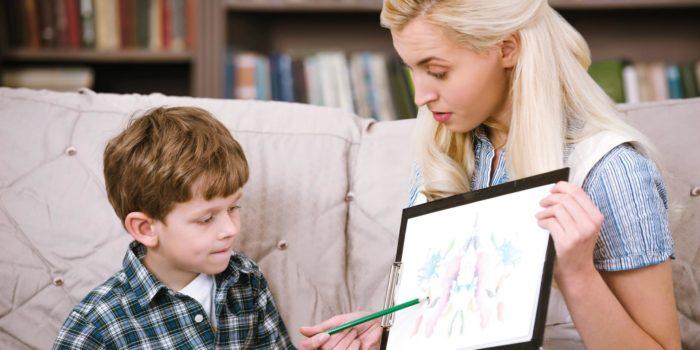 Психолог показывает ребёнку картинку