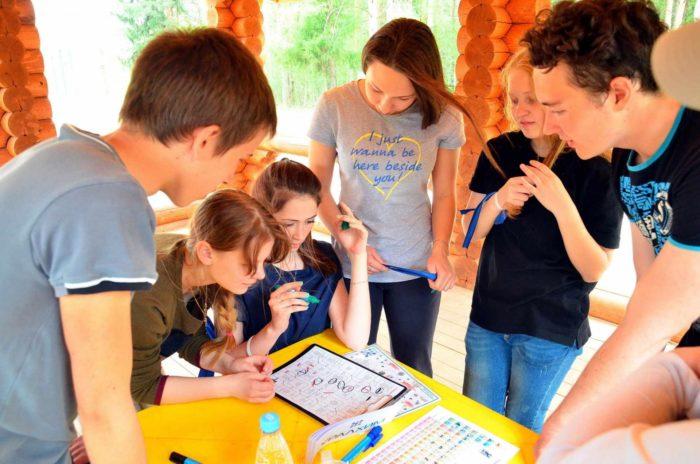 Школьники обсуждают задание