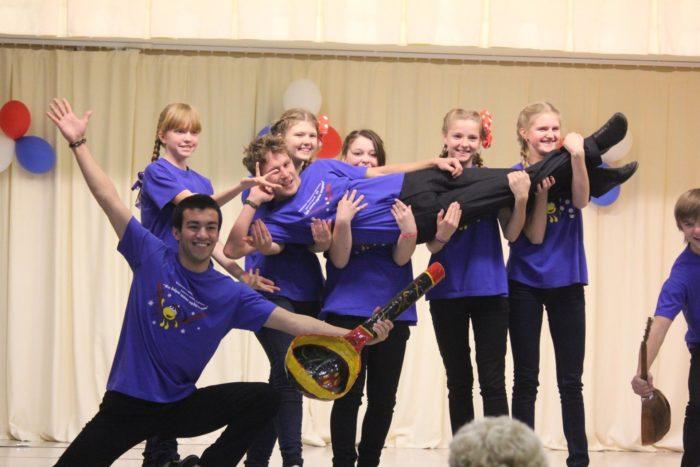 Школьники на сцене актового зала