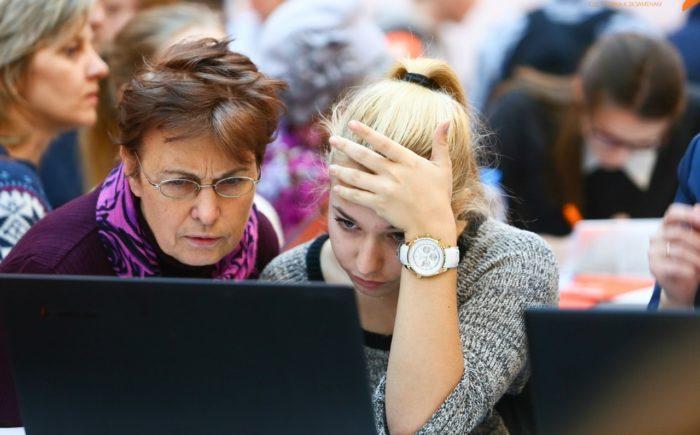 Девушка с матерью за ноутбуком