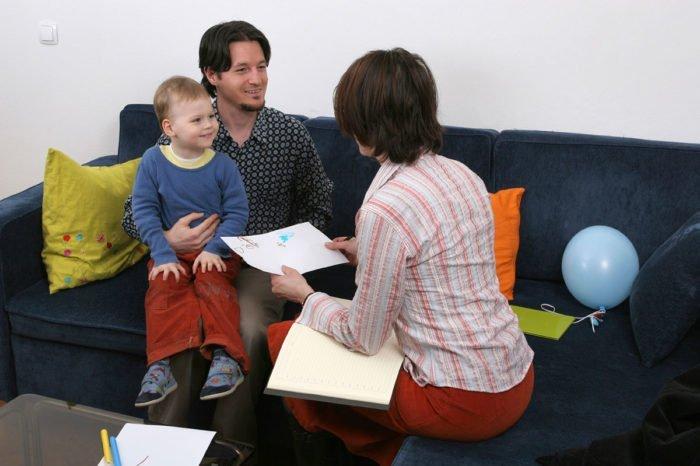 Психолог с ребёнком и его отцом