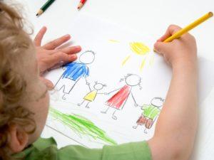 Ребёнок рисует семью