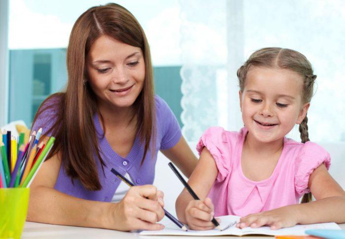 Женщина и девочка рисуют