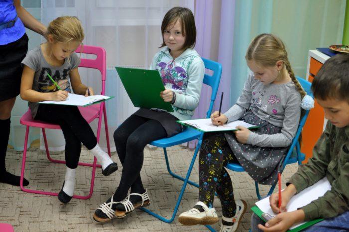 Группа пишущих детей