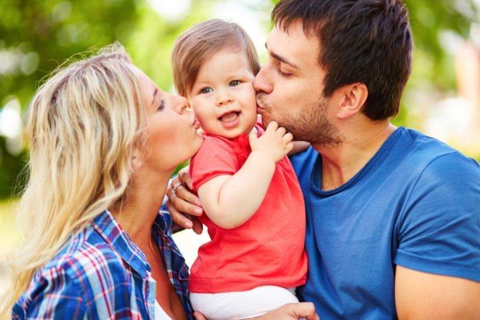 Целующие ребёнка родители