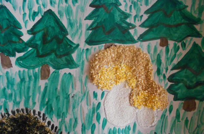 2 гриба в рисованном лесу с 5 ёлками
