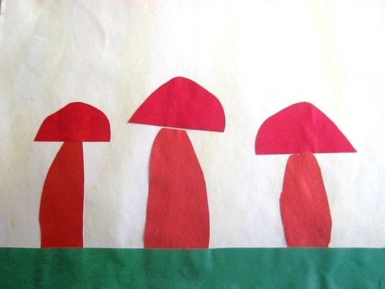 3 Красных гриба на зелёной поляне-полоске