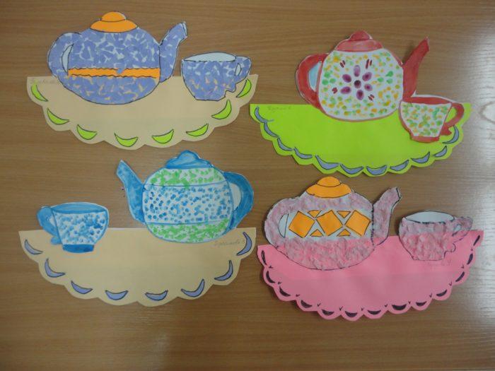 3 пары чашек и чайников на салфетке