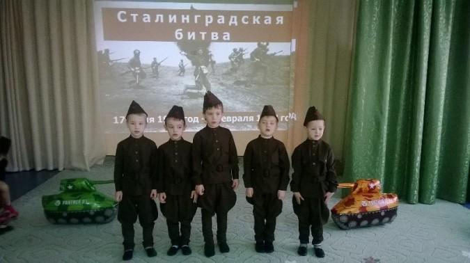 5 детей в военной форме на сцене на фоне слайда о сталинградской битве