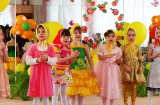5 девочек в костюмах кукол
