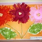 Цветы на оранжевом фоне, частично из помпонов