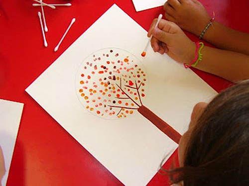 Дерево с листьями-тычками ватной палочкой