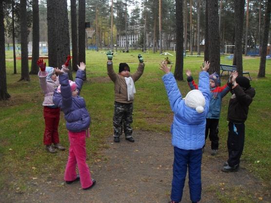 Дети делают зарядку на улице