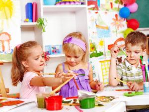 дети рисуют дом