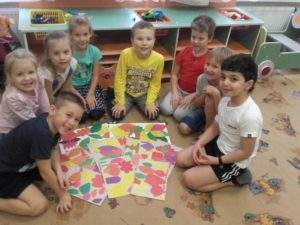 Дети средней группы детского сада конструируют из бумаги