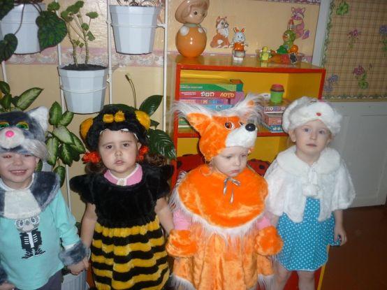 Дети в костюмах пчелы, лисы, зайца и волка