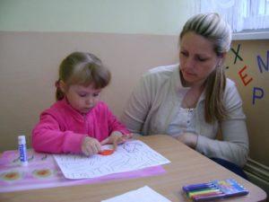 Девочка рисует яйцо