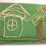 Домик и дерево на зелёном фоне