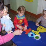Две девочки раскрашивают вазу-конфетницу штампами