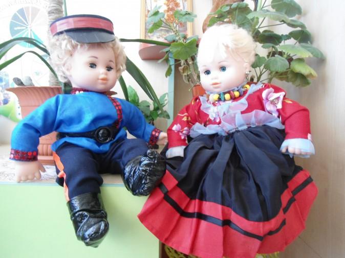 Две куклы в костюмах (солдат и барышня)
