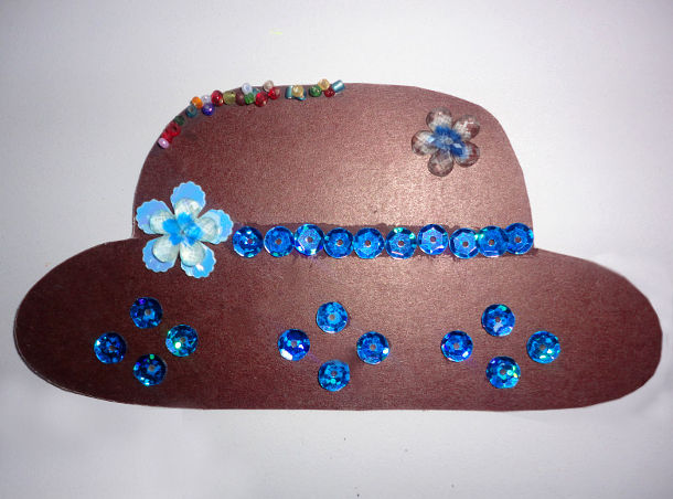 Коричневая шляпка с синими пайетками,тканевым цветком и бусинами
