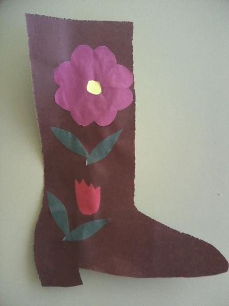 Коричневый сапог с фиолетовым цветком, листьями и бутоном