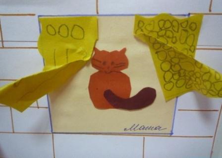 Кошка в окне с желтыми занавесками с узорами