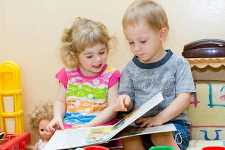 Мальчик и девочка листают книжку