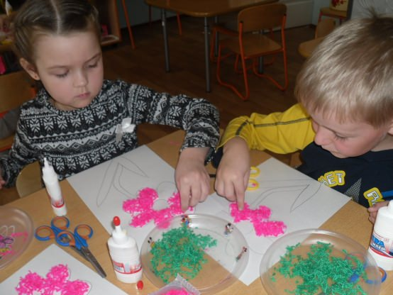 Мальчик и девочка выкладывают рисунок нитками