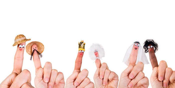 Пальчики с нарисованными рожицами, украшенными нитками и кусочками ткани