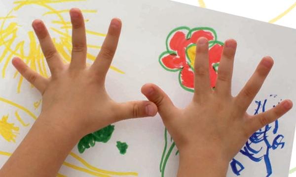 Растопыренные пальцы на фоне рисунка цветка и солнца