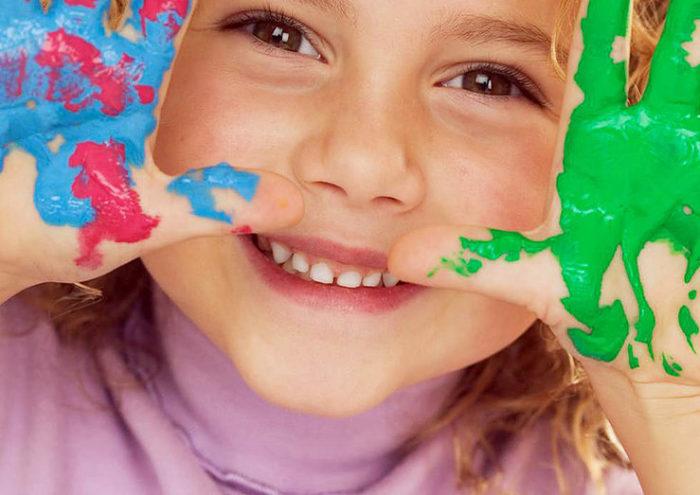 Ребёнок с ладошками в краске